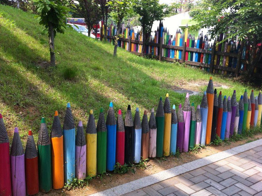 """Используя творческую фантазию и подручные материалы, можно создать вот такой оригинальный забор из """"карандашей"""""""