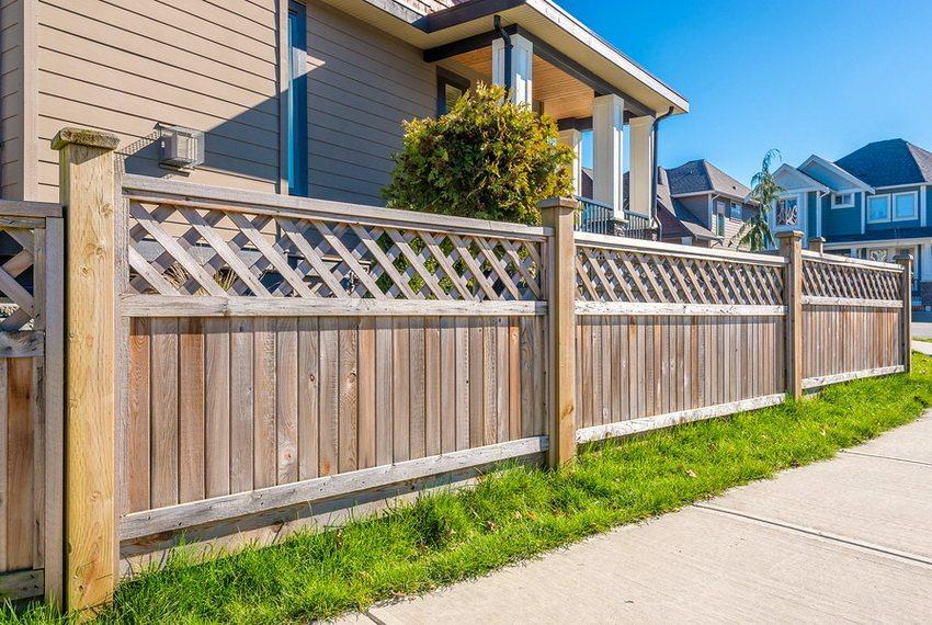 Традиционно владельцы участков используют для ограждения деревянные конструкции