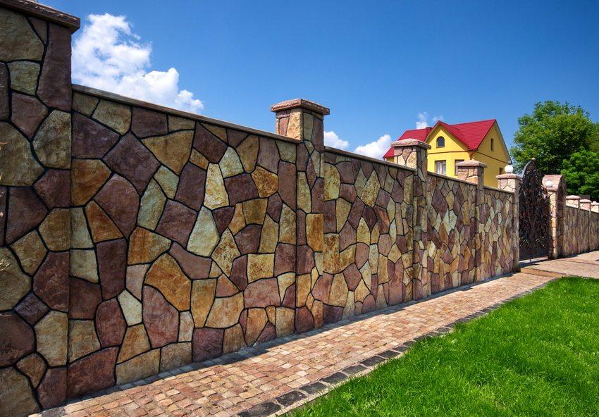 Интересный пример отделки бетонного ограждения под натуральный камень