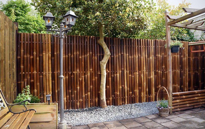 Бамбуковая изгородь выглядит благородно в современном ландшафтном дизайне