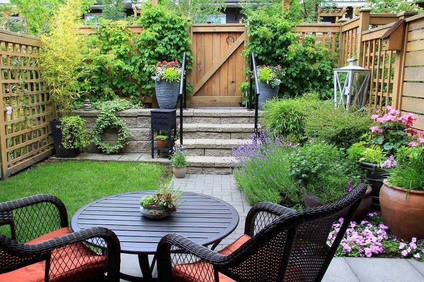 Деревянная сетка хорошо пропускает солнечные лучи в уютный двор
