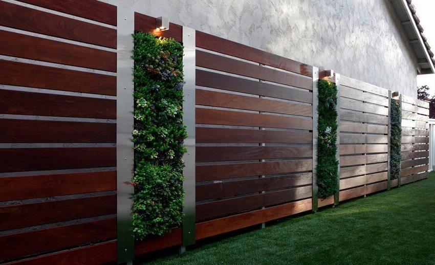 Применяя различные материалы, можно получить современный забор на металлическом основании