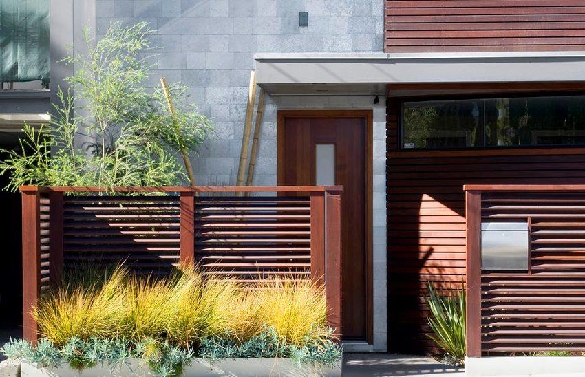 Забор по типу жалюзи представляет собой доски, расположенные горизонтально под небольшим углом