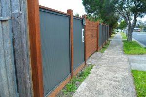 Забор из профлиста с небольшой высотой волны и деревянным каркасом