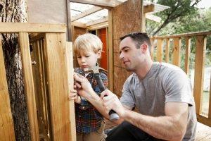 Совместный труд способствует здоровому общению, а также развитию у малыша творческих способностей и самостоятельности