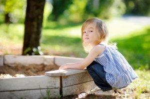 Деревянная песочница, построенная своими руками в саду
