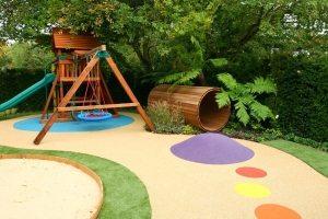 Детскую игровую зону лучше располагать в тени деревьев – это убережет ребенка от палящих солнечных лучей в летнюю пору