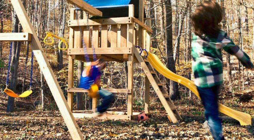 Рис. 3-1. Строительство деревянного игрового комплекса с горкой, качелями и песочницей в основании. Конструкция, готовая к эксплуатации