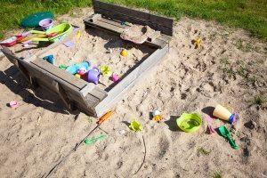 Если накрывать песочницу на ночь или во время отсутствия на дачном участке, можно надолго сохранить песок в чистоте