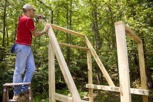 Рис. 3-2. Строительство деревянного игрового комплекса с горкой, качелями и песочницей в основании. Шаг 1: монтаж каркаса