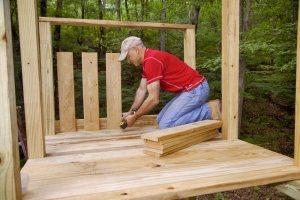 Рис. 3-3. Строительство деревянного игрового комплекса с горкой, качелями и песочницей в основании. Шаг 2: устройство площадки, монтаж перил