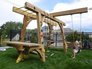 Детский спортивно-игровой комплекс из дерева с качелями подвесного типа