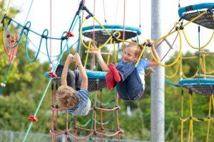 Веревочный спортивный городок способствует физическому развитию малышей