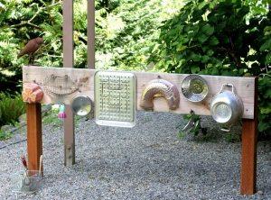Из подручных материалов можно изготовить основные сооружения на детской площадке, а также аксессуары и элементы декора