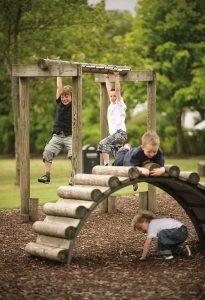 Детская площадка, построенная с помощью применения бревен