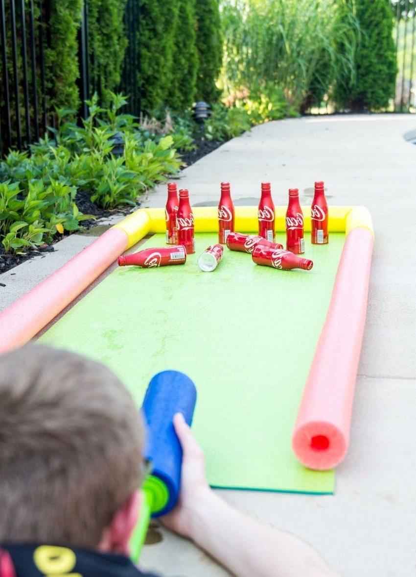 Пластиковые бутылки можно использовать в детских забавах, а также для создания аксессуаров для игровой площадки