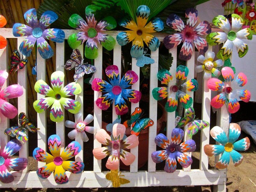 Яркие пластиковые цветы и бабочки, изготовленные своими руками, отлично подойдут для декорирования игровой зоны