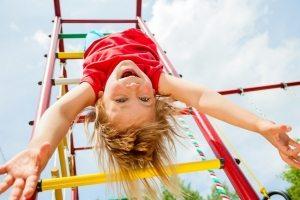 Позаботьтесь о покрытии на детской площадке, чтобы повысить уровень безопасности во время активных игр