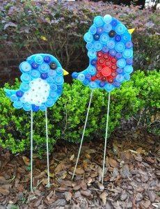 Элементы декора детской площадки, созданные из пробок от пластиковых бутылок