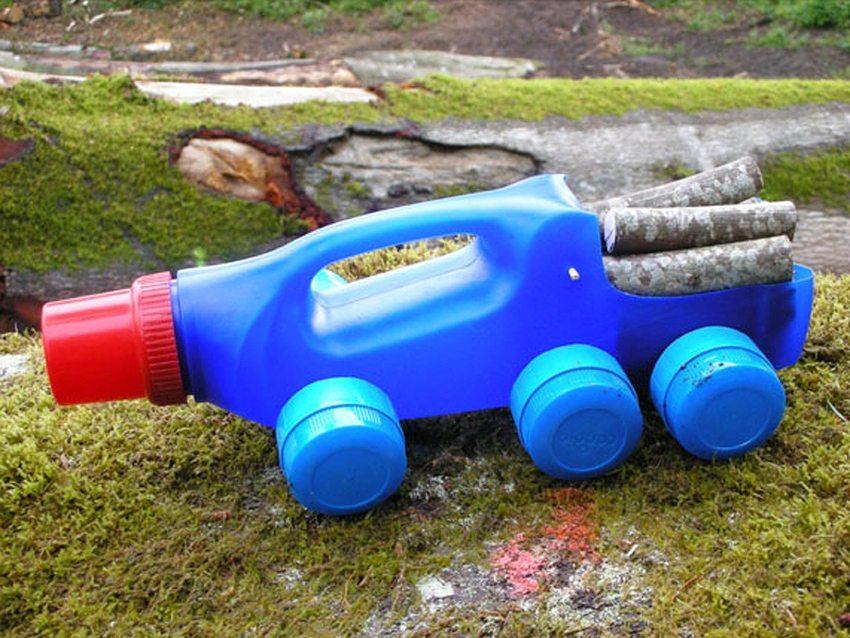 Проявив фантазию, из пластиковых бутылок можно изготовить оригинальные игрушки, предназначенные для использования на улице