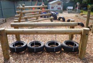 Детская спортивная площадка из бревен и старых автомобильных покрышек