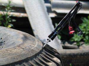 Использованные автомобильные шины просты в обработке – они отлично режутся острым ножом