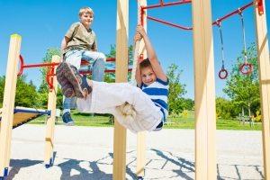 Игры на спортивной детской площадке будут способствовать укреплению мышц ребенка, общему оздоровлению организма