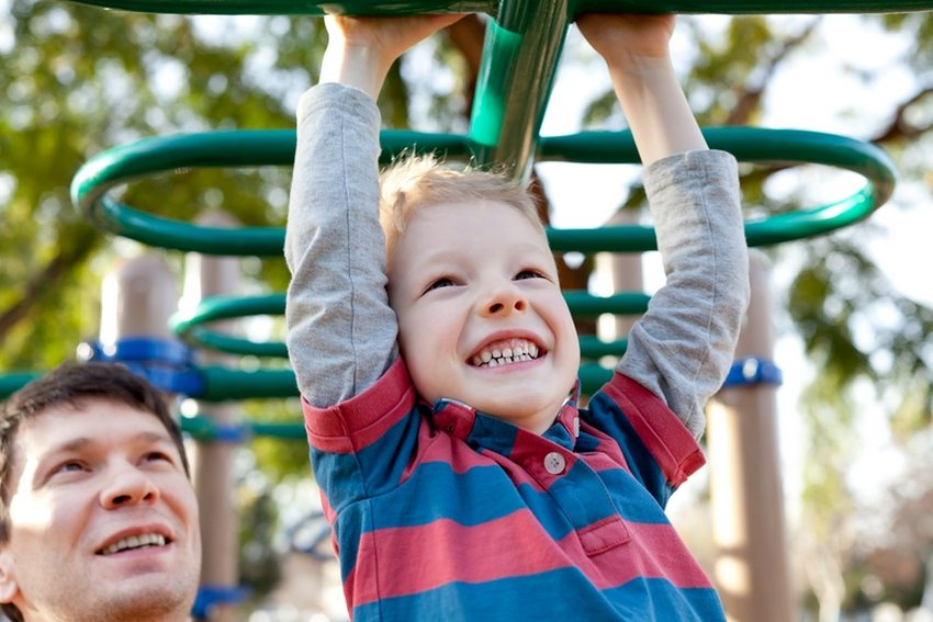 Не оставляйте маленьких детей без присмотра на детской спортивной площадке