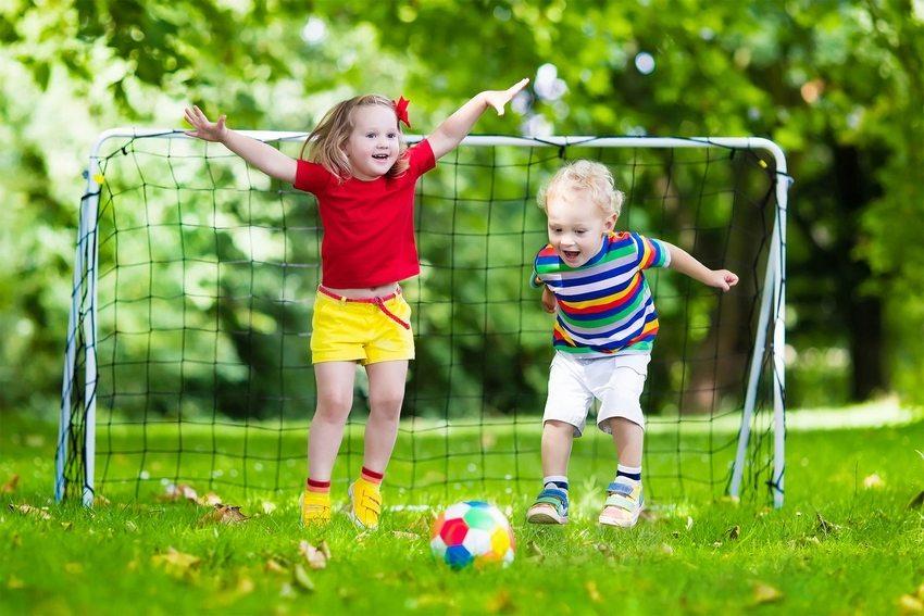 Для подвижных игр лучше выбирать просторные участки сада, свободные от хозяйственных и прочих построек