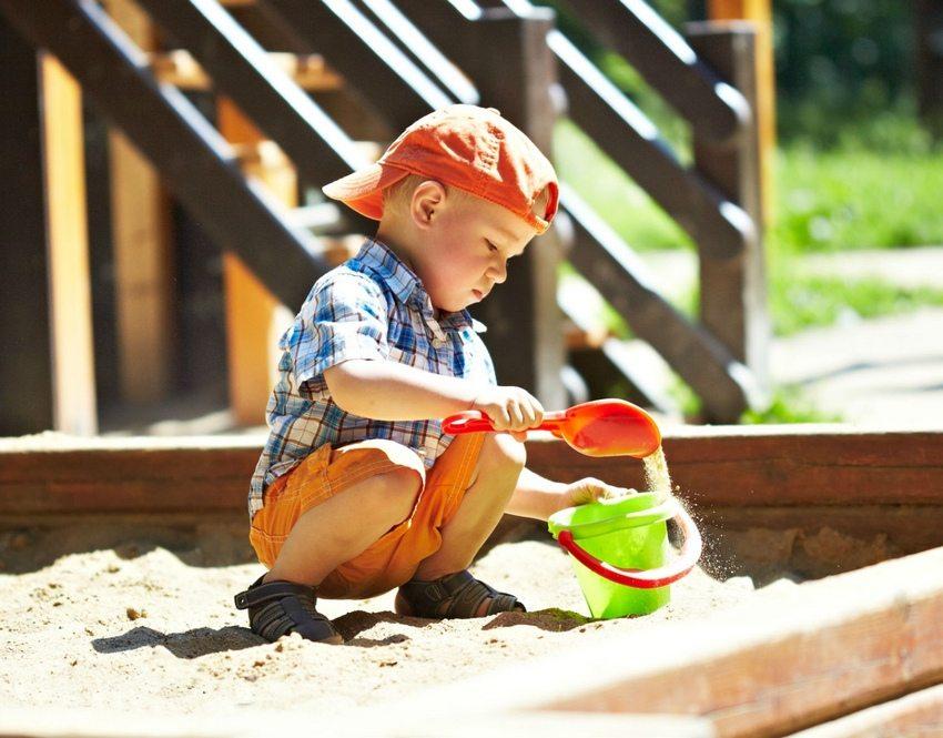 Песочница является самым популярным объектом на деткой площадке, предназначенной для детей младшего возраста