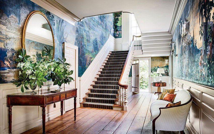 В холле частного дома для отделки стен использованы фотообои, имитирующие роспись красками