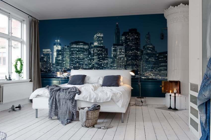 Спальня выглядит стильно и современно благодаря фотообоям с видом на ночной город