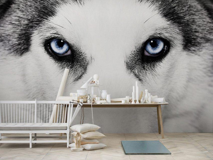 Фотообои с необычным принтом украшают стену в гостиной