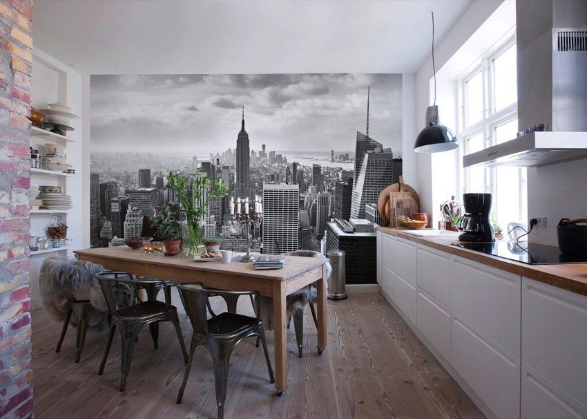 Черно-белые обои с городским пейзажем в интерьере кухни