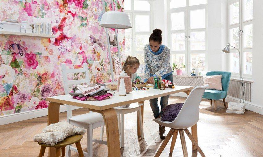 Яркие фотообои в гостиной гармонично сочетаются с белоснежными стенами и светлой мебелью