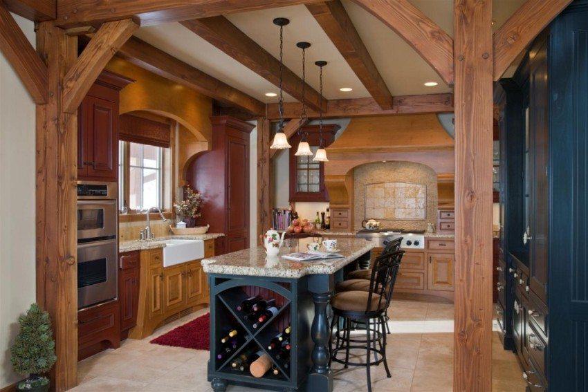 Массивные деревянные балки и утонченные классические элементы в интерьере кухни
