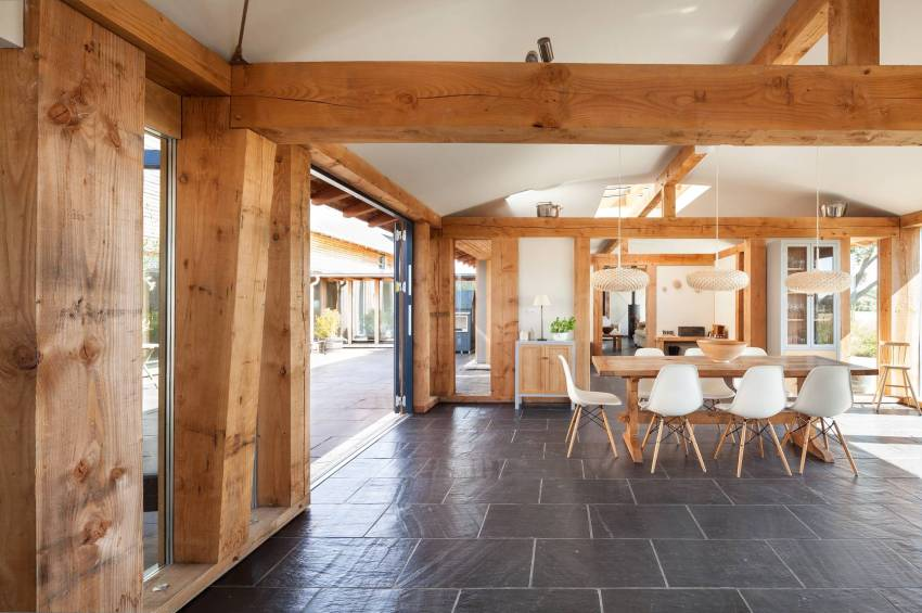 В оформлении дома использована натуральная древесина и современные отделочные материалы