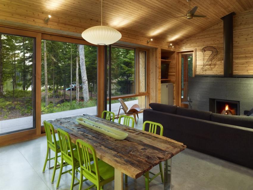 Французские окна от пола до потолка позволяют поддерживать связь с природой