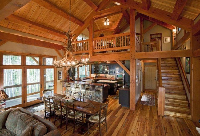 Интерьер с обилием деревянных материалов и декоративных элементов