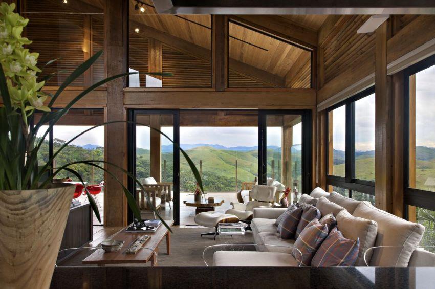 Стены деревянного дома выполнены из стеклянных энергосберегающих конструкций