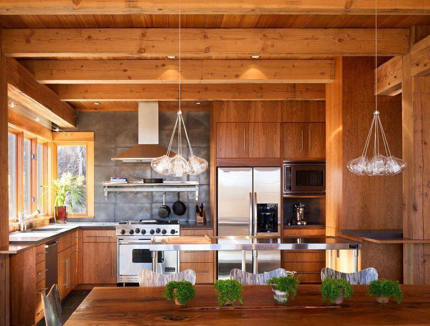 Мебель из дерева и массивные элементы отделки в кухне-столовой