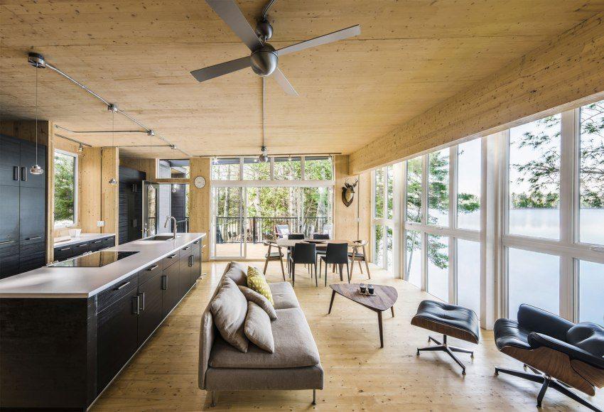 Кухня-гостиная деревянного дома из бруса выполнена в современном стиле