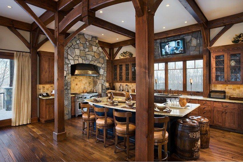 Зона плиты на кухне выложена камнем и стилизована под очаг
