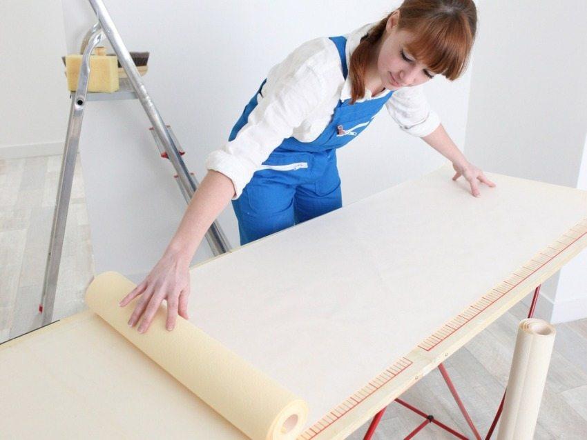 При поклейке полотен с бумажной подложкой - клей наносится и на обои, и на стены