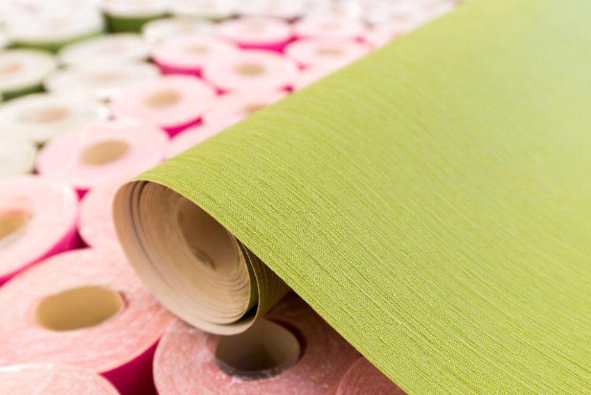 Преимущество обоев на флизелиновой основе в том, что на полотно не нужно наносить клей, а только на стены
