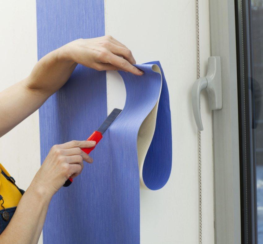 Оклеивание стен необходимо начинать от угла комнаты или оконного проема