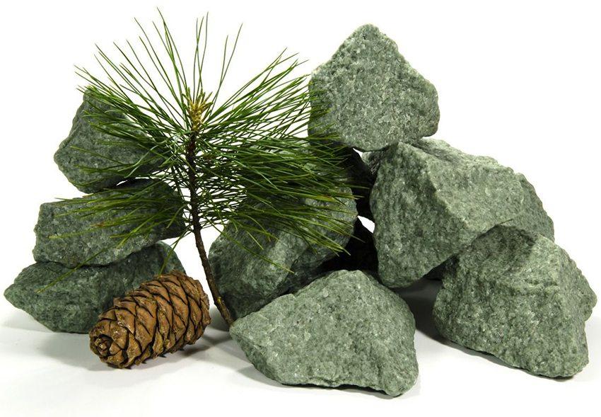 Жадеит является экологически чистым природным камнем, содержащим железо, магний и оксид кальция