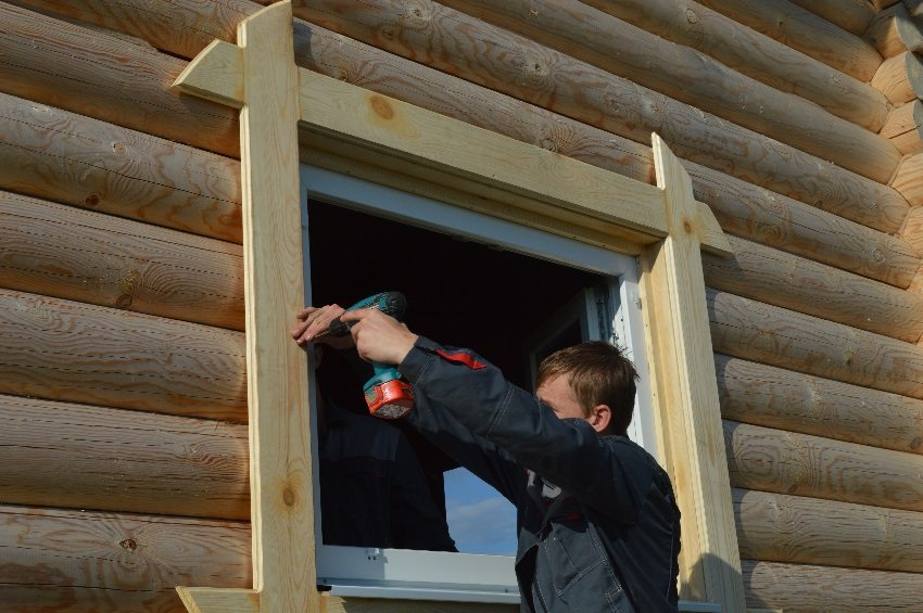Для фиксации наличников на окна используют специальный высокопрочный клей или жидкие гвозди, чтобы не нарушить целостность профиля