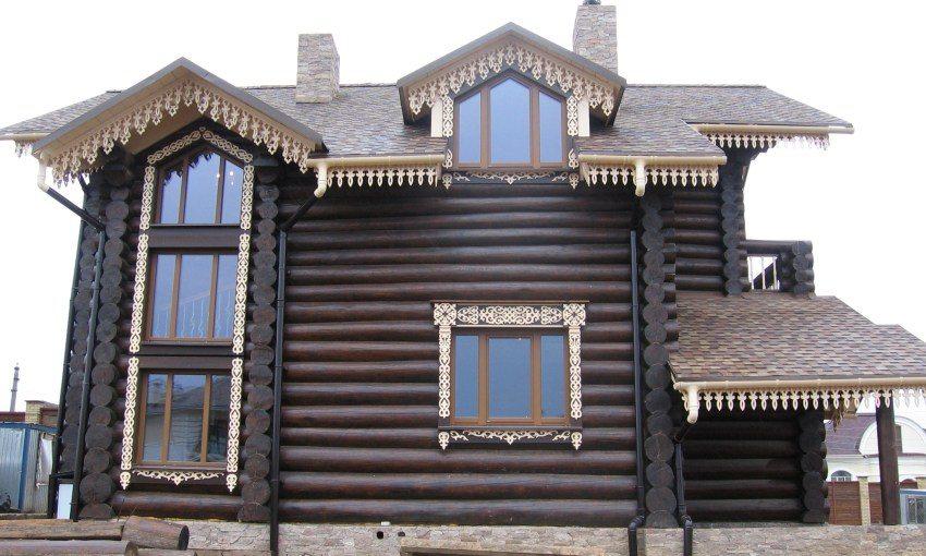 Деревянный дом декорирован красивыми оконными конструкциями