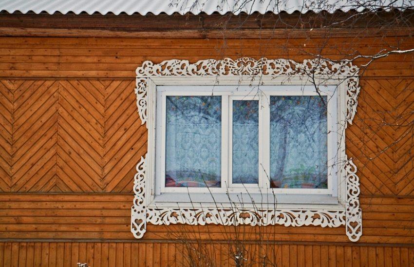 Резные наличники на пластиковых окнах деревянного дома